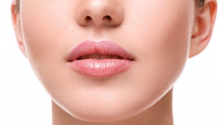 Dzięki tym trikom optycznie powiększysz usta
